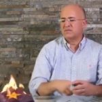 """Quemando una gorra del PLD, Domínguez Brito pide """"hacer polvo de lo que no sirve"""""""
